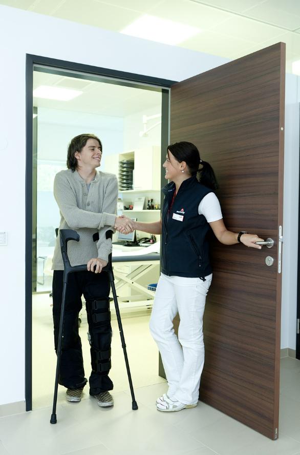 pacjent o kulach i pielęgniarka
