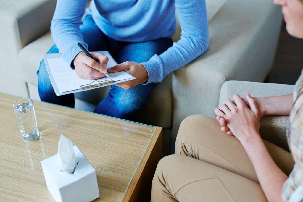 dwie-kobiety-podczas-sesji-terapeutycznej-przy-stoliku-zapytujemy