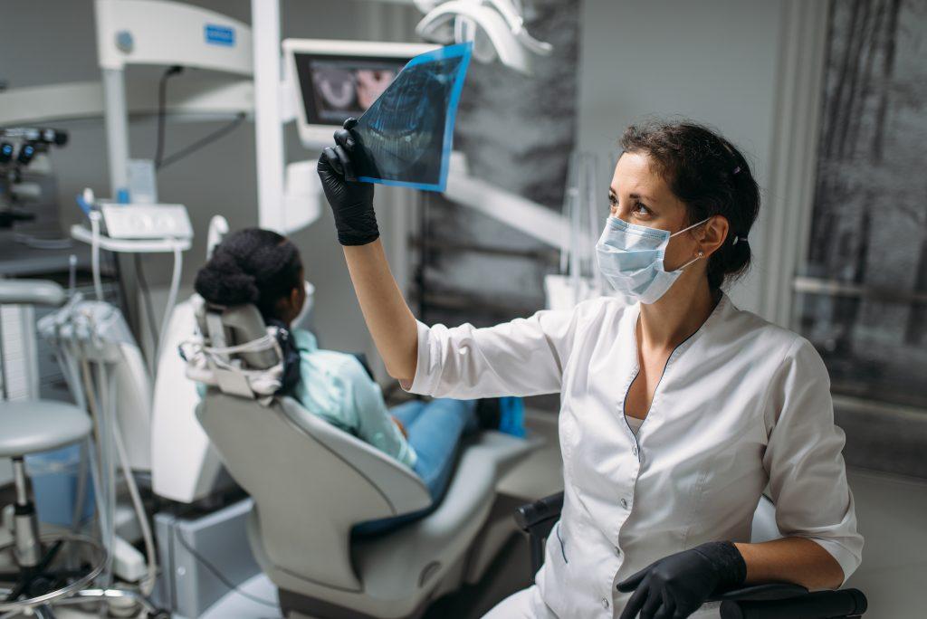 Spojrzenie na zdjęcie x-ray przed zabiegiem dentystycznym