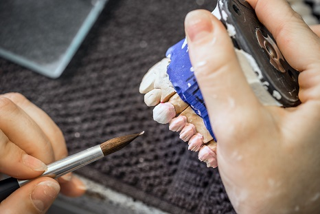 technik dentystyczny tworzący protezę